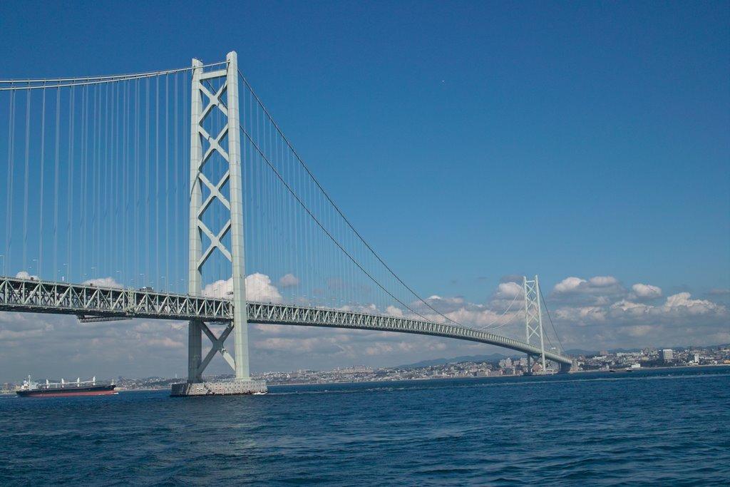 Le pont suspendu Akashi-Kaikyo à Kobe au Japon