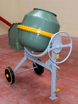 Hormigonera de cemento fabricada por Umacon - modelo UL 155 con motor eléctrico